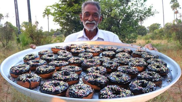 Hình ảnh quen thuộc của cụ ông người Ấn với hàng triệu khán giả bên những món ăn độc đáo.