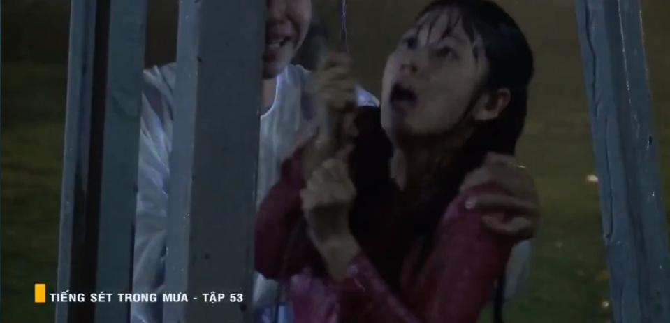 'Tiếng sét trong mưa' tập 53: Oan nghiệt không chừa một ai, Phượng và Ba Xuân cũng bỏ mạng trong đêm mưa gió 23