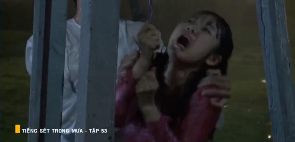 'Tiếng sét trong mưa' tập 53: Oan nghiệt không chừa một ai, Phượng và Ba Xuân cũng bỏ mạng trong đêm mưa gió 24