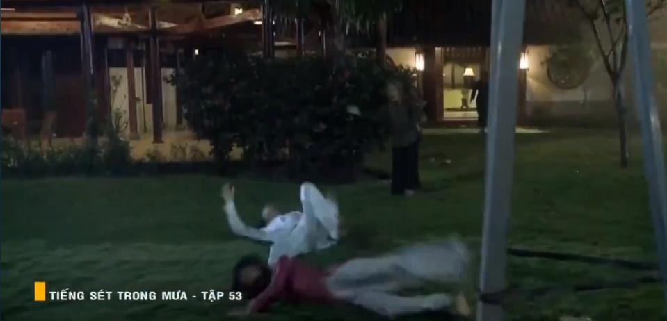 'Tiếng sét trong mưa' tập 53: Oan nghiệt không chừa một ai, Phượng và Ba Xuân cũng bỏ mạng trong đêm mưa gió 27