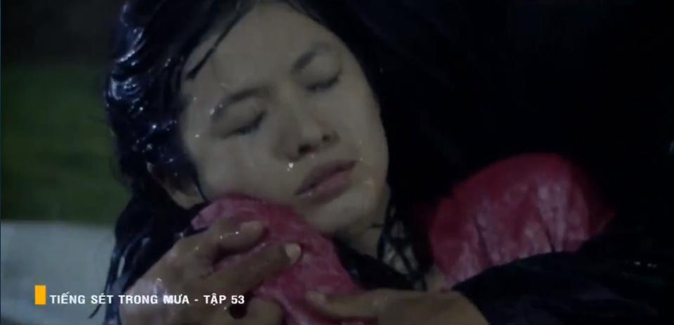 'Tiếng sét trong mưa' tập 53: Oan nghiệt không chừa một ai, Phượng và Ba Xuân cũng bỏ mạng trong đêm mưa gió 30