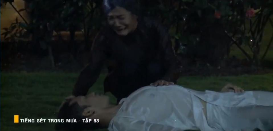 'Tiếng sét trong mưa' tập 53: Oan nghiệt không chừa một ai, Phượng và Ba Xuân cũng bỏ mạng trong đêm mưa gió 31