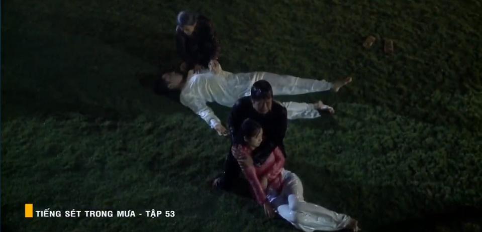 'Tiếng sét trong mưa' tập 53: Oan nghiệt không chừa một ai, Phượng và Ba Xuân cũng bỏ mạng trong đêm mưa gió 34