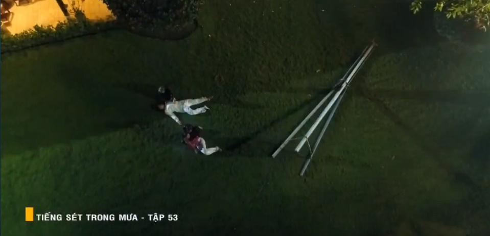 'Tiếng sét trong mưa' tập 53: Oan nghiệt không chừa một ai, Phượng và Ba Xuân cũng bỏ mạng trong đêm mưa gió 37