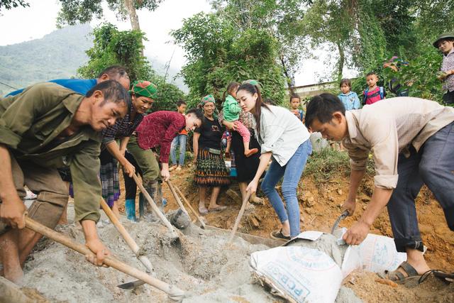 Hoa hậu Lương Thùy Linh té ngã khi vác vật liệu 'Đắp đường, xây ước mơ' 3