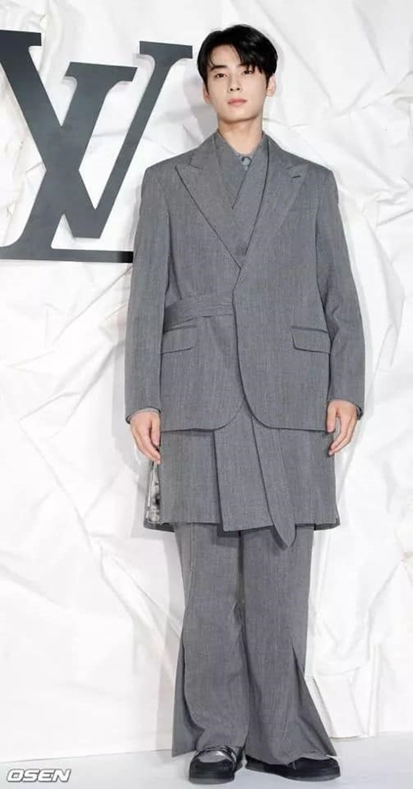 Đáng chú ý chính là bộ trang phục hơi rườm rà một chút, bộ suit màu xám với 2 lớp áo đan xen khá cầu kỳ và quần ống suông lạ mắt. Dù tổng thể trang phục có hơi rối mắt nhưng không thể phủ nhận vẻ đẹp và chiều cao đáng ngưỡng mộ của nam Idol không phải ai cũng có được.
