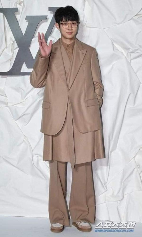 Nếu như Cha Eun Woo lựa chọn bộ suit màu tối thì Choi Woo Sik có phần 'chơi trội' hơn với bộ trang phục nâu nhạt cực đẹp mắt. Cũng style áo đan lớp mới lạ, nam diễn viên khéo léo kết hợp với mắt kính cùng giày sneaker ton-sur-ton.