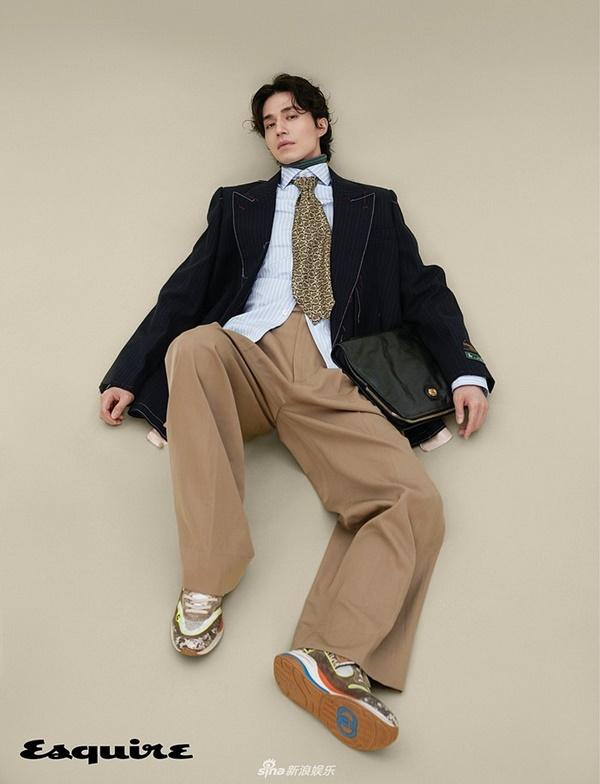 'Thần chết' Lee Dong Wook cũng lựa chọn một chiếc quần ống rộng thời 'ông bà anh' xuất hiện trên bìa tạp chí Esquire. Mái tóc xoăn lãng tử cùng ánh mắt đầy quyến rũ, nam diễn viên ngay lập tức khiến fans 'mất máu' với tạo hình quá 'đỉnh'.