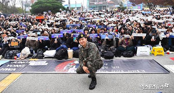 Hàng nghìn người hâm mộ xếp hàng chờ chào đón thần tượng