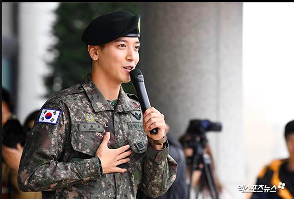 Jung Yong Hwa (CNBLUE) chính thức xuất ngũ trong vòng vây của hàng nghìn người hâm mộ 3