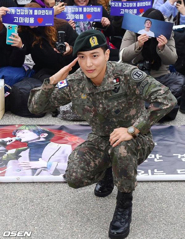 Jung Yong Hwa (CNBLUE) chính thức xuất ngũ trong vòng vây của hàng nghìn người hâm mộ 4