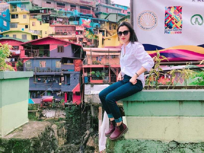 Áo sơ mitrắng và quần jeans là item mà Vân thường xuyên mặc