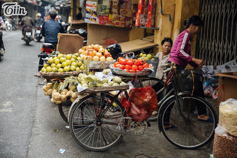 Giữa con phố đông đúc, hối hả, ta vẫn thấy các mẹ, các chị cần mẫn bán hàng với đủ loại cây trái từ mọi miền quê