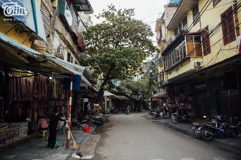 Khi đó, phố phường bỗng có những phút giây trầm mặc, những mái ngói nâu cũ màu, nhịp sống dường như chậm lại