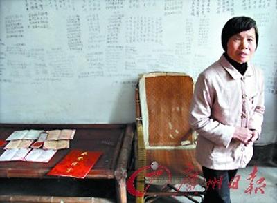 Bà Học Mai - mẹ của Vĩnh Khang đã bao bọc con đến nỗi cậu không biết làm gì cả ngoài học.