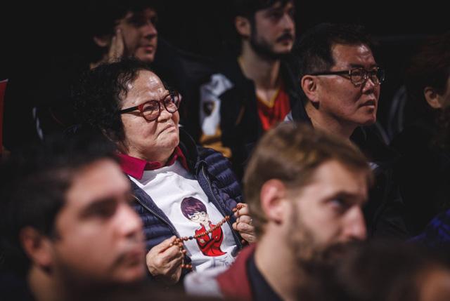 Bà của Faker cũng là một trong những khán giả đặc biệt theo dõi trận đấu tại nhà thi đấu tối qua