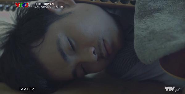 Vui nằm lang chạ ngoài sân, ngủ thiếp đisau chuỗi khủng hoảng.