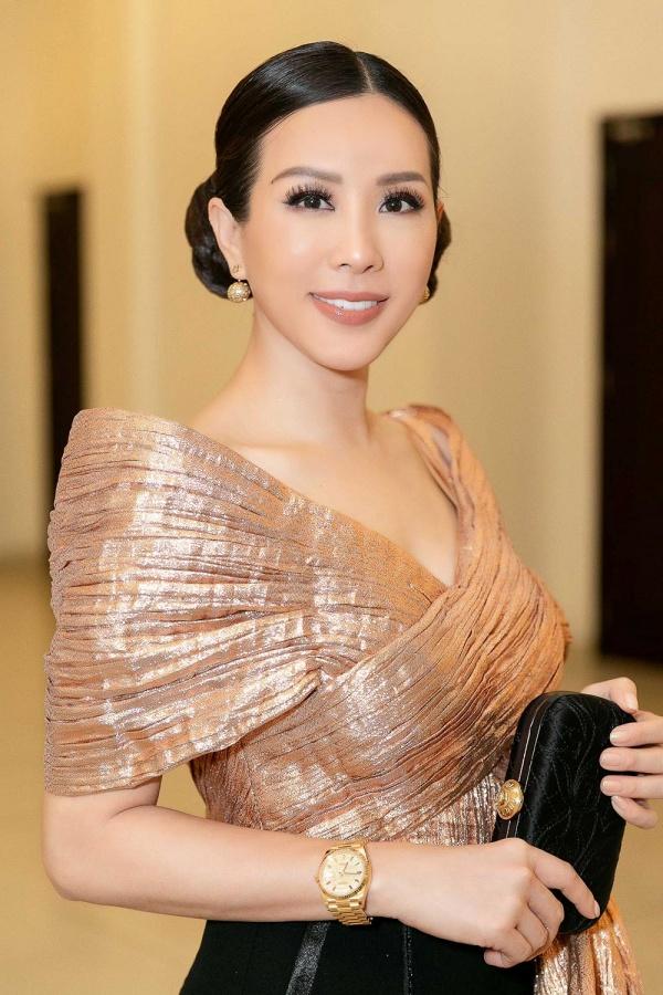 Hoa hậu Thu Hoài khoe vẻ cá tính, trẻ trung khi đi chấm thi nhan sắc 4