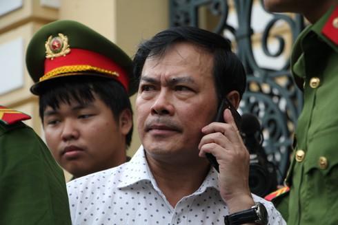 Ông Nguyễn Hữu Linh rời tòa án sau phiên xử sáng 6/11.