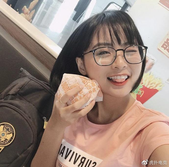 LMHT - MC Minh Nghi lại được báo chí Trung Quốc ca ngợi: 'Cô nàng trông thật gợi cảm và dễ thương với mái tóc ngắn' 9