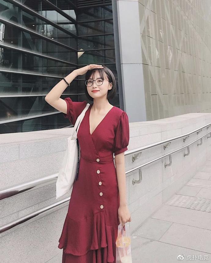 LMHT - MC Minh Nghi lại được báo chí Trung Quốc ca ngợi: 'Cô nàng trông thật gợi cảm và dễ thương với mái tóc ngắn' 11