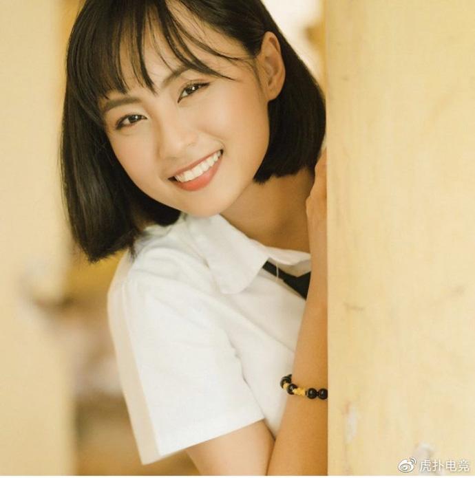 LMHT - MC Minh Nghi lại được báo chí Trung Quốc ca ngợi: 'Cô nàng trông thật gợi cảm và dễ thương với mái tóc ngắn' 12