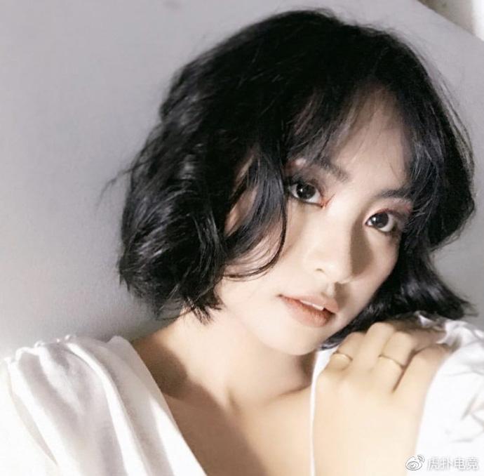 LMHT - MC Minh Nghi lại được báo chí Trung Quốc ca ngợi: 'Cô nàng trông thật gợi cảm và dễ thương với mái tóc ngắn' 14