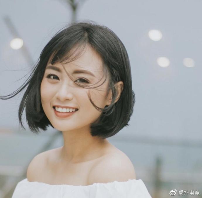 LMHT - MC Minh Nghi lại được báo chí Trung Quốc ca ngợi: 'Cô nàng trông thật gợi cảm và dễ thương với mái tóc ngắn' 1