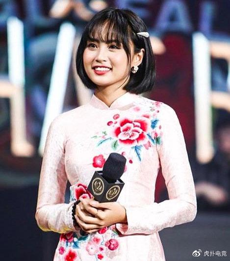 LMHT - MC Minh Nghi lại được báo chí Trung Quốc ca ngợi: 'Cô nàng trông thật gợi cảm và dễ thương với mái tóc ngắn' 3