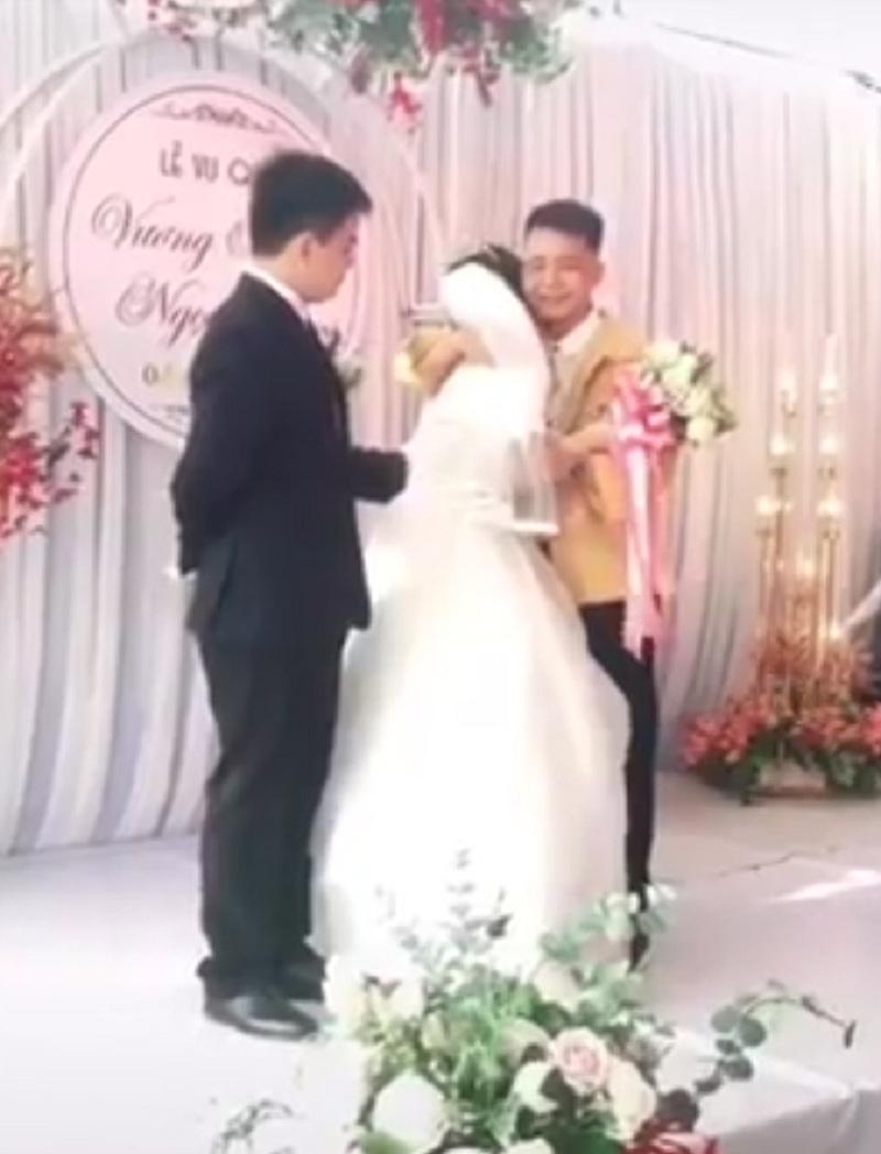 Clip xúc động: Ngày chị gái cưới chồng, em trai vừa trao của hồi môn vừa ôm chị khóc như mưa 1