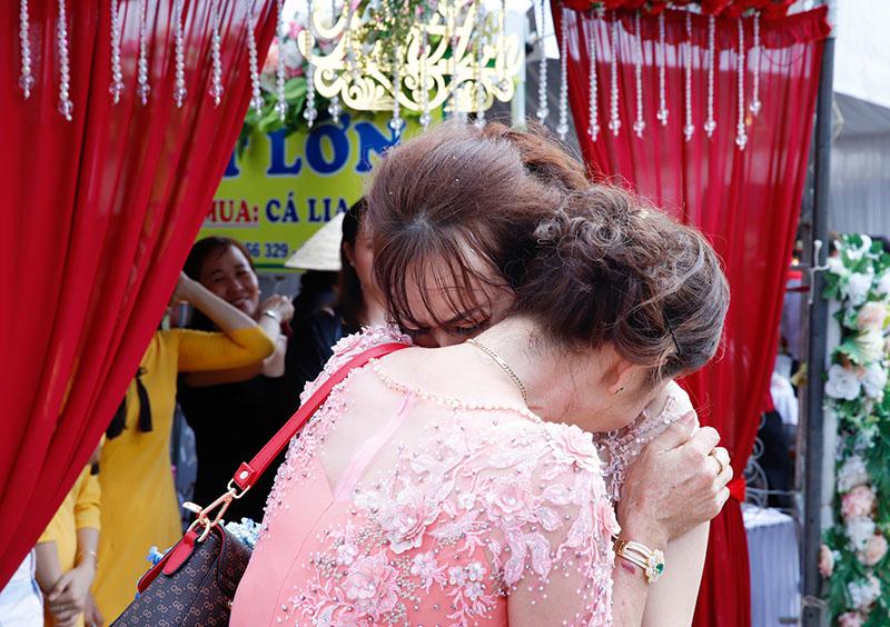 Con gái một đi lấy chồng xa, khoảnh khắc mẹ đẻ ôm cô dâu khóc nghẹn trong ngày vu quy gây xúc động 0