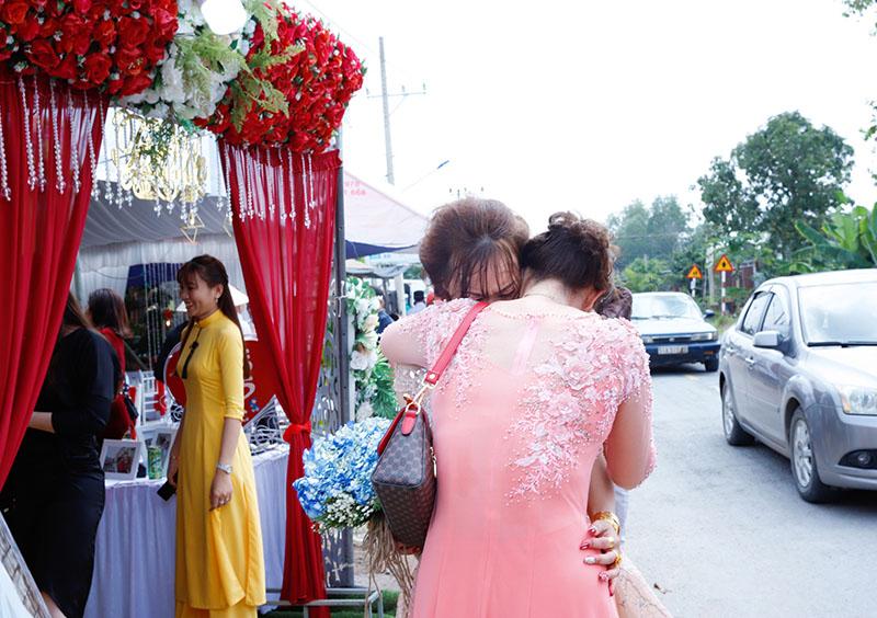 Con gái một đi lấy chồng xa, khoảnh khắc mẹ đẻ ôm cô dâu khóc nghẹn trong ngày vu quy gây xúc động 1