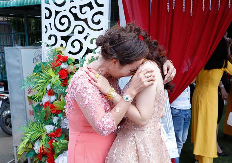 Mẹ Trinh ôm lấy con khóc nghẹn