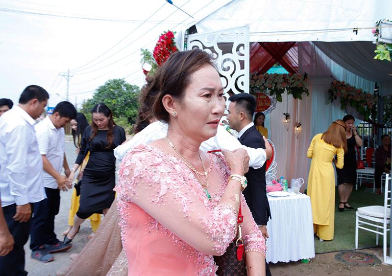 Con gái một đi lấy chồng xa, khoảnh khắc mẹ đẻ ôm cô dâu khóc nghẹn trong ngày vu quy gây xúc động 3