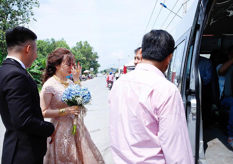 Con gái một đi lấy chồng xa, khoảnh khắc mẹ đẻ ôm cô dâu khóc nghẹn trong ngày vu quy gây xúc động 5