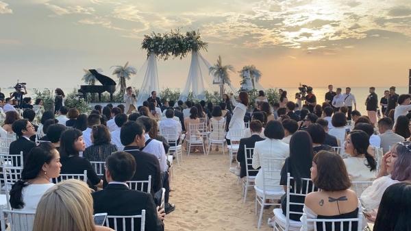 Không gian cưới đầy hoa trên bãi biển