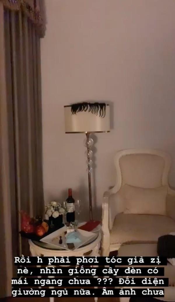 Sau đó, cô nàng không quên khoe thêm hình ảnh phải phơi mái tóc giả lên cây đèn để tóc giả nhanh khô.