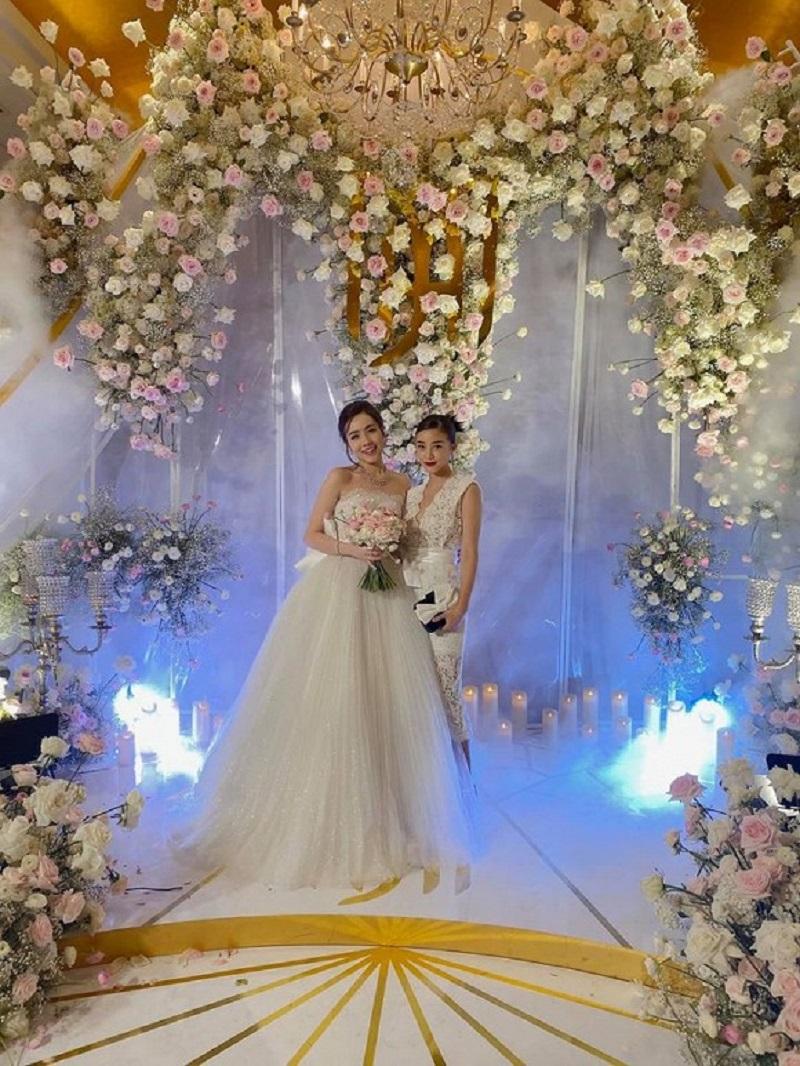 Lễ cưới diễn ra trong niềm vui của bạn bè và gia đình 2 bên của cô dâu, chú rể