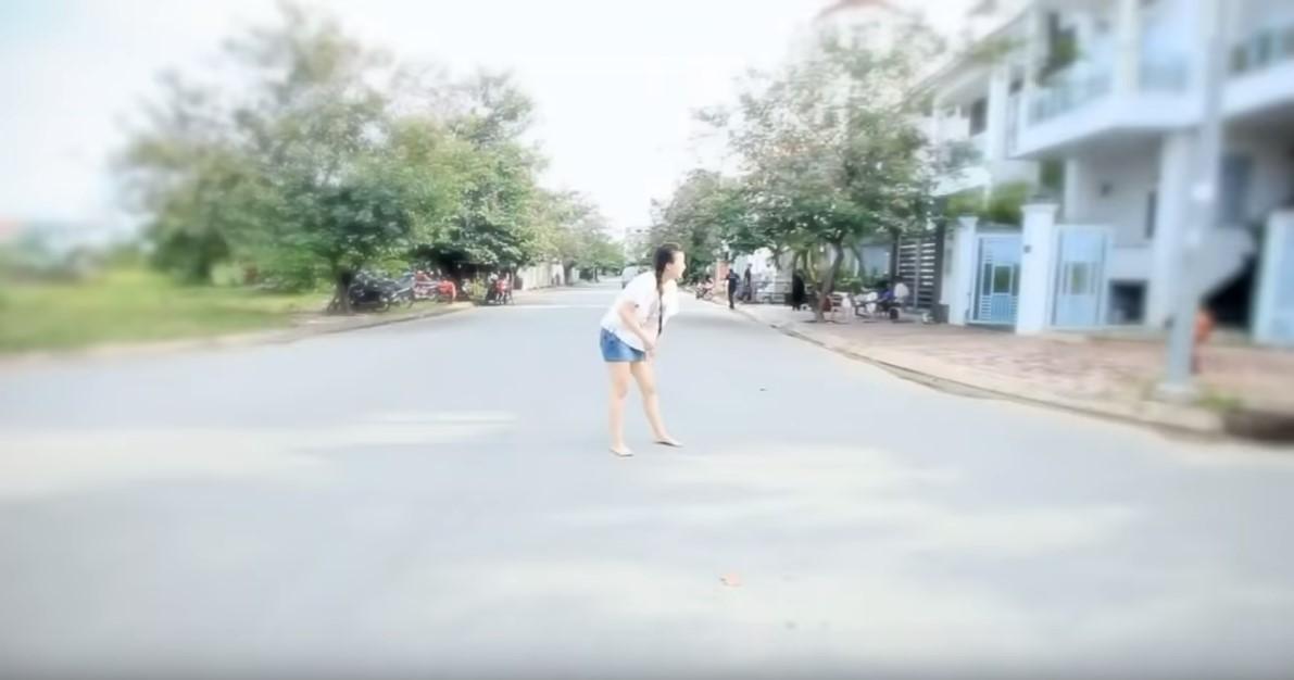 Chạy ra giữa đường.