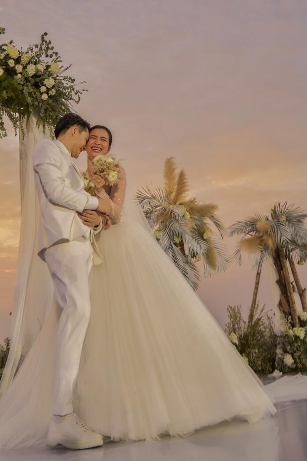 Đông Nhi thẹn thùng gọi 'vợ chồng mình', kể về những kỷ niệm đặc biệt trong buổi hôn lễ thế kỷ của hai vợ chồng 0
