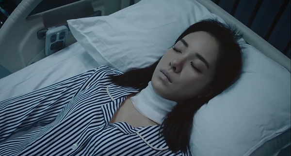 Lăng Song nằm trên giường bệnh với khuôn mặt trắng bệch