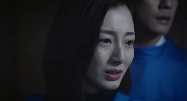 Cố Sơ khóc nghẹn khi nhìn thấy cô bạn thân nằm trên giường bệnh
