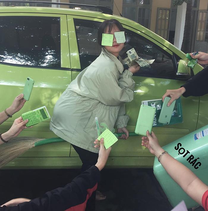 Chụp ké cùng một chiếc xe màu xanh để bức ảnh trông thật sang chảnh (Ảnh: Mỹ Việt)