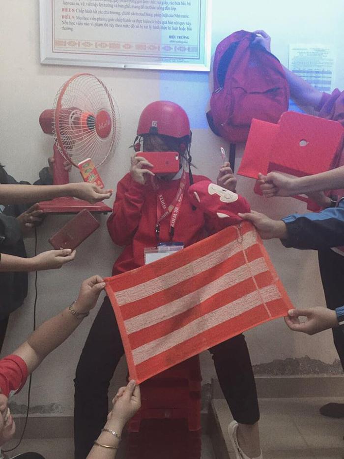 Một thành viên trong lớp A6-K1720 THPT Thực Hành Cao Nguyên - Đắk Lắk còn mang hẳn quạt ở nhà tới lớp, chỉ bởi nó có màu đỏ (Ảnh: Mỹ Việt)