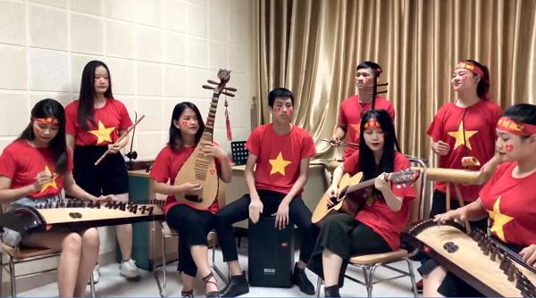 Bản hòa tấu được các bạn sinh viên thực hiện bằng nhiều loại nhạc cụ khác nhau