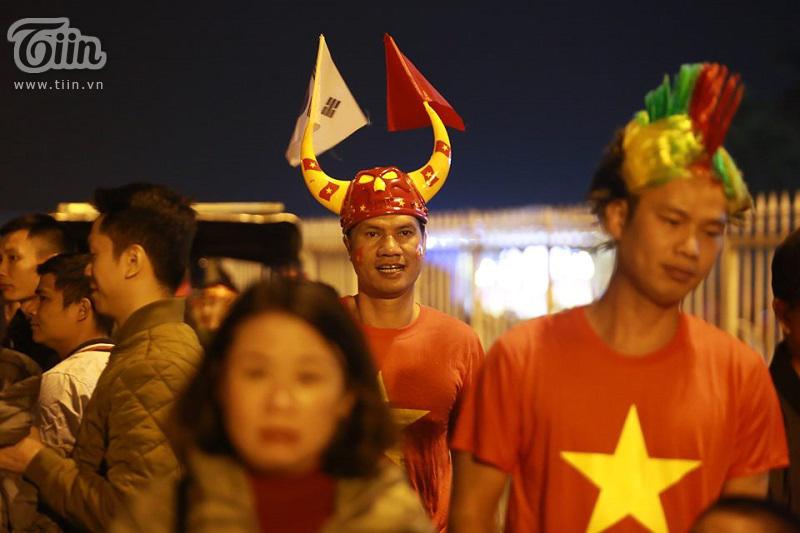 Cấm pháo sáng thì bắn pháo giấy, cổ vũ đội tuyển Việt Nam 'vẫn cứ là ok' 4