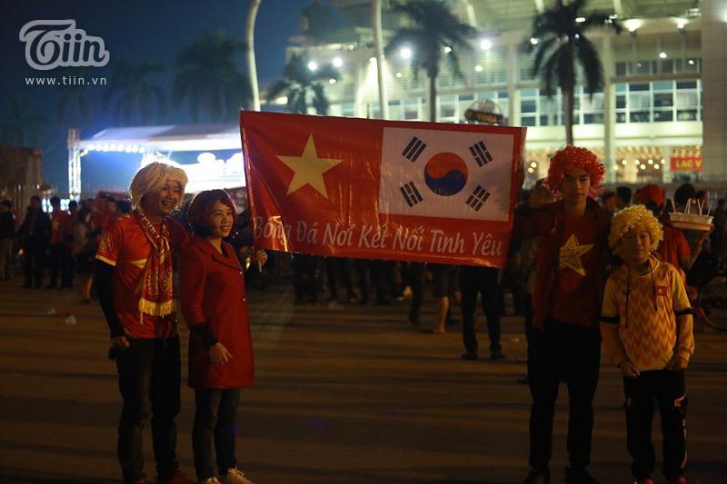 Nhiều CĐV Việt Namhóa trang độc đáo cổ vũ đội nhà