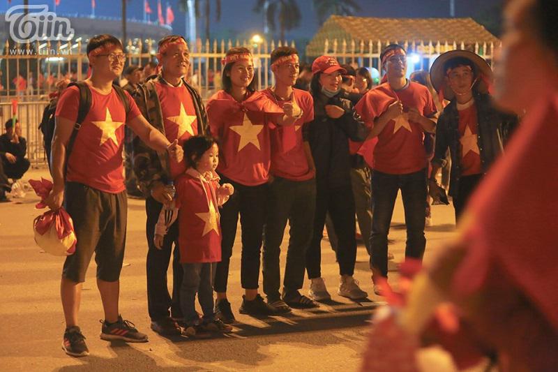Cả gia đình tậu thêm bức ảnh kỷ niệm ý nghĩa khi cùng nhau đi xem bóng đá và cổ vũ đội tuyển Việt Nam