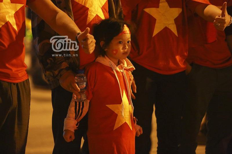 Cấm pháo sáng thì bắn pháo giấy, cổ vũ đội tuyển Việt Nam 'vẫn cứ là ok' 9