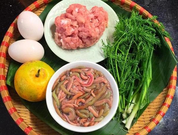 Thịt rươi được kết hợp với nhiều gia vị khác nhau, tạo nên món chả rươi đặc trưng có thể 'gây nghiện' bất cứ ai